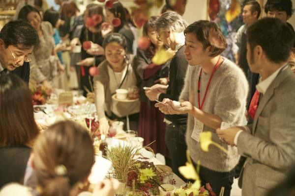 会場では、秋の味覚を味わいながら参加者たちが思い思いに会話を楽しんだ