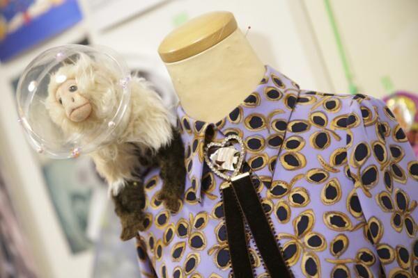 伊勢丹新宿店で開催中の「ようこそ、ISETAN宇宙支店へーわたしたちの未来の百貨店ー」のビジュアルで、乃木坂46の堀未央奈が着用した宇宙支店の案内人のためのワンピース