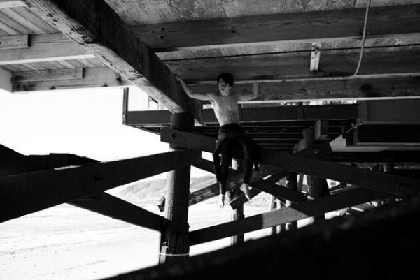 サンローランの16-17AWメンズコレクションショーのティザービデオに、モデルのパメラ・アンダーソンと、ドラマーのトミー・リーの息子であるディラン・リーが出演