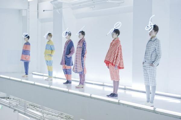 """東日本大震災直後の2011-12年秋冬""""fashion surgery (a new hope)""""のショーの様子 photo : yoshitsugu enomoto"""