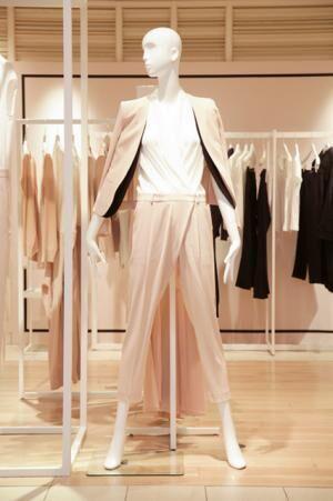 ヌードカラーのスタイリングが新鮮。ノーカラージャケット(3万9,000円)、オールインワン(3万3,000円)