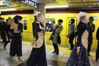 """地下鉄銀座線で土曜の夕方、ゲリラショー""""ハプニング""""。ホームも車内もランウェイに"""