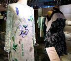 """mameの黒河内真衣子、新宿伊勢丹で """"ニューメキシコの夢""""を服で表現。白緑の刺繍ドレスやブラウスの限定品も"""