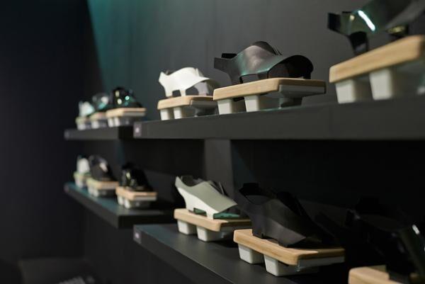 世界に認めらるこれからの日本デザインを考える「現代の下駄」プロジェクトの展示
