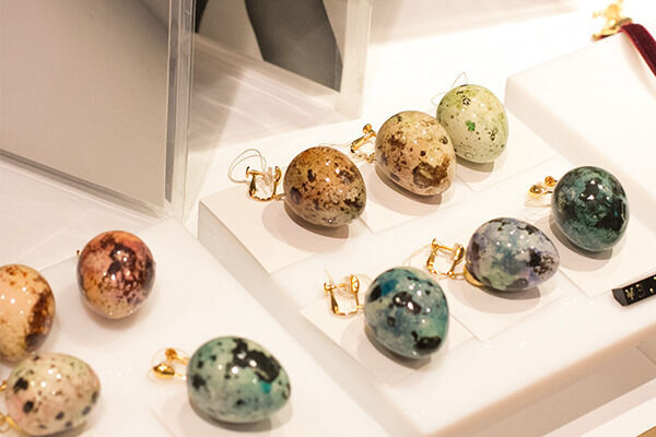 10月4日まで伊勢丹新宿店本館2階=TOKYO解放区で、うずらの卵を使ったアクセサリーを販売する