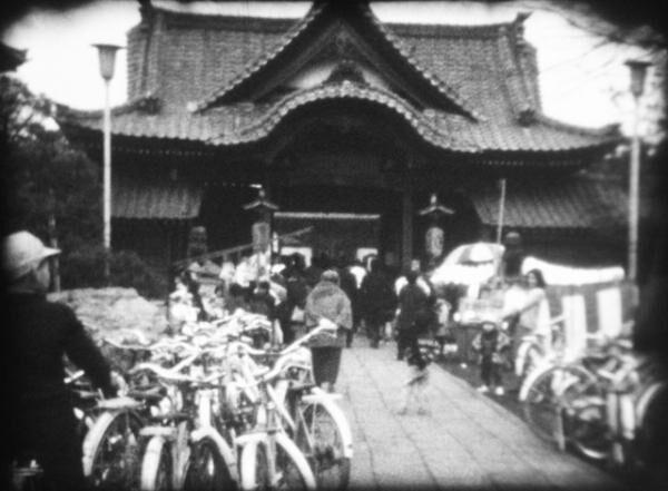 「世田谷観音での節分」(8 ミリフィルムをデジタル化 し、その1コマをキャプチャー / 1967 年 | 昭和 42 年)