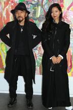 山本耀司、世界をつなぐにはアートしかない。「画と機 山本耀司・朝倉優佳」展が開幕【レポート】
