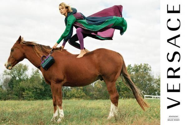 ヴェルサーチが、アメリカの田舎で馬たちとともに撮影した17年春夏広告キャンペーンを公開