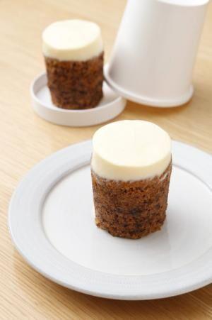 「ローズベーカリー」のキャロットケーキ(550円)。紙コップを逆さまにしたようなテイクアウト用のケースもユニーク