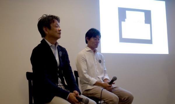 左より、マルニ木工の椅子「HIROSHIMA」をデザインしたプロダクトデザイナー深澤直人氏と「ミナペルホネン」のファッションデザイナ-皆川明氏
