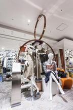カトリーヌ・ドヌーヴをミューズにケイタマルヤマがトレンチコートをデザイン