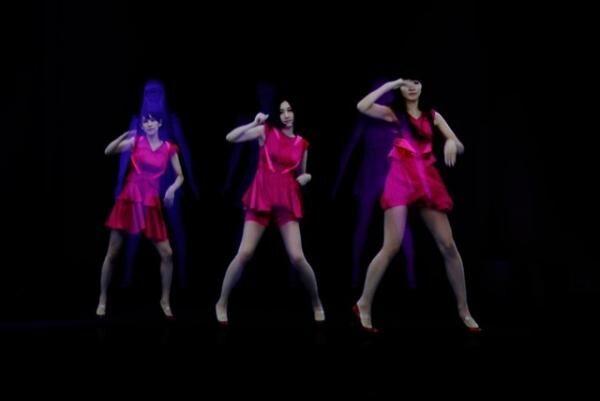 Perfume の3人の彫像に映像が投影されるインスタレーション「Physicalizing Data by Rhizomatiks」。ホログラフィックにより踊る生身のPerfume3人、あ~ちゃん、のっち、かしゆかが現出