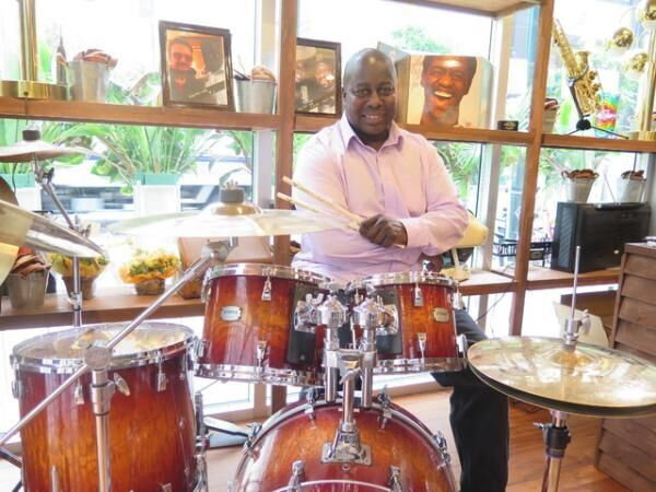 ラルフ・ロール。店内には彼の愛用ドラムも展示されている