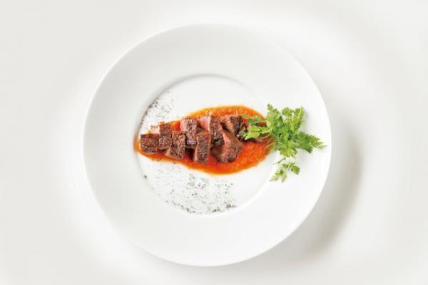 アル・ケッチァーノの「ネイチャーコース」のメインディッシュ。アッサムティーでのばしたニンジンのピューレと牛肉のステーキ