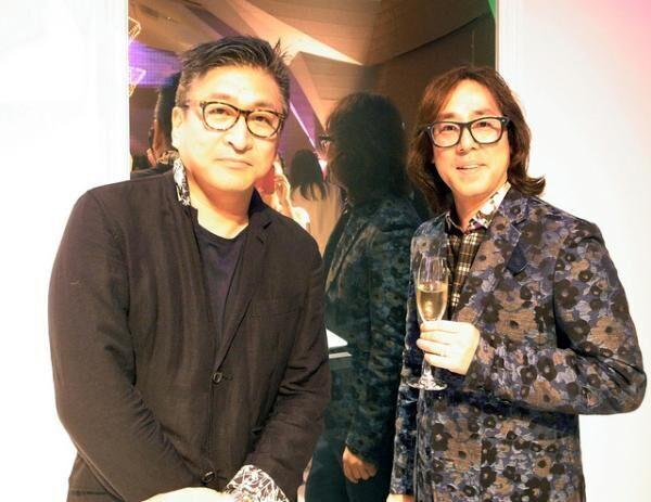 お祝いに駆けつけたワンダーウォールの片山正通(左)と森田恭通