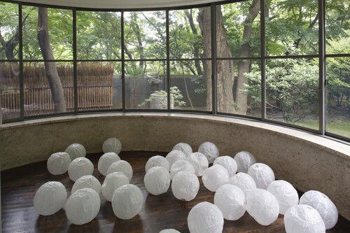 リタ・ヘンゼン 原美術館でのインスタレーション 「天井のふち」2014 年撮影:木奥惠三
