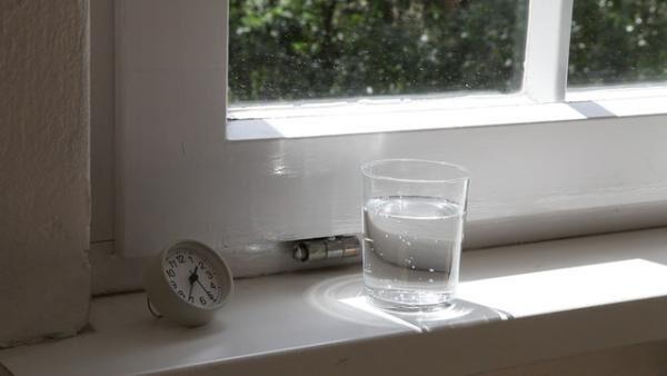 今村遼佑 「風と凪(炭酸水、時計、窓の外)」 2013 年
