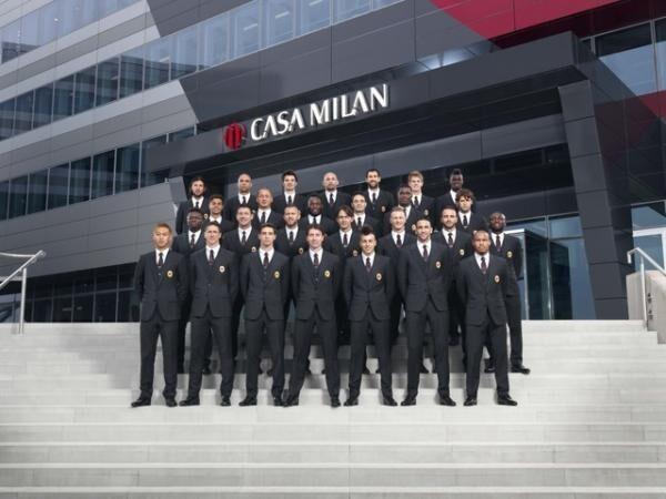 「ドルチェ&ガッバーナ」がデザインした、ACミランの新フォーマルユニフォーム