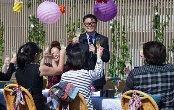 伊勢丹新宿店屋上でのランチパーティーで乾杯の挨拶をする丸山敬太