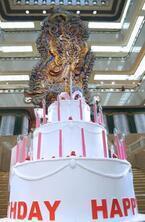 三越ライオンが100歳に。巨大誕生日ケーキ、記念童話『ヨコちゃんとライオン』出版