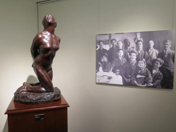 萩原守衛によるブロンズ彫像[「女」