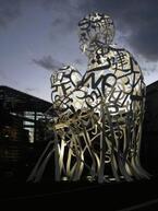 虎ノ門ヒルズにしゃがむ白い巨人像。「時と言葉」を考える【冬に感じる恋とアート】