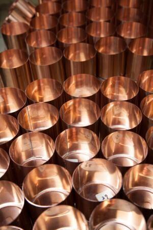 茶筒が完成するまでには、およそ130もの工程があるという