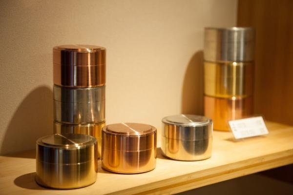 異なる茶葉を1度に持ち運べる茶筒。抹茶を入れたり、飴を入れたりと、使い方は色々だ