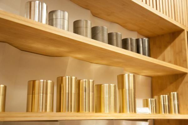 店内では茶筒が経年変化していく様子を見ることが出来る