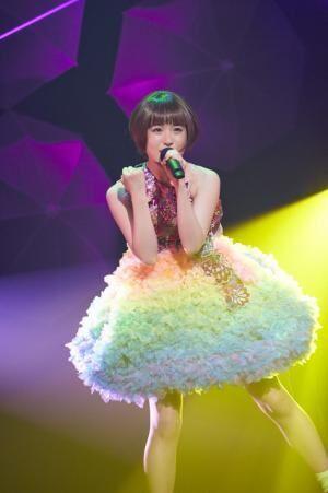 ライブステージでの武藤彩未。衣装はオリジナル
