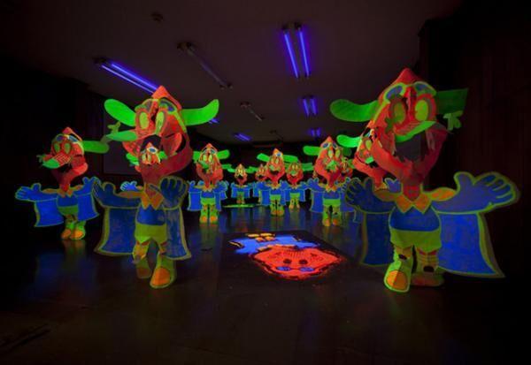 山下拓也「雨に散る油 feat.横浜の」 2013 展示室の床、ブラックライト、蛍光塗料、和紙、テグス Courtesy of TALION GALLERY