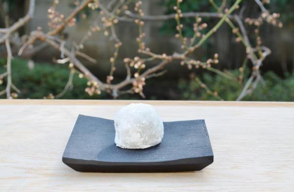 HIGASHIYAの和菓子職人による「ヒガシヤギンザの節気餅」で、黒豆と酒粕を使った「立春大福」を提供