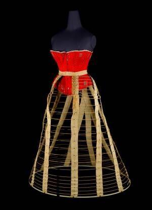 """ドレスのシルエットの秘密に迫る、神戸ファッション美術館で""""ドレスの内側""""展開催"""