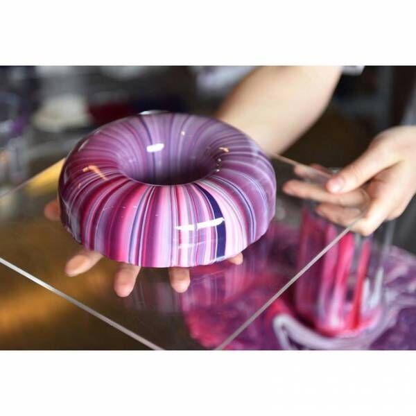 """まるでガラスに包まれたように""""反射する""""ムースのケーキ。Instagramで注目を浴びる若きパティシエ"""