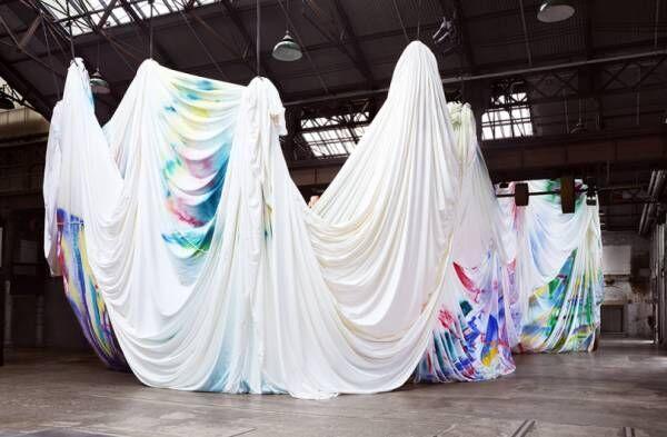 万華鏡の中に飛び込める? 8,250㎡の布キャンバスを使った壮大な体験型インスタレーション