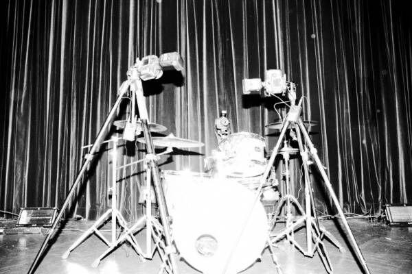 ドラムセットと呼応するシャッター。写真家・山谷佑介が東京で個展