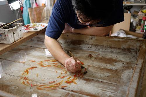 リアル過ぎる金魚で注目される深堀隆介の個展、初期から最新作まで約200点を展示