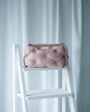 メゾン マルジェラが枕のようなバッグ「グラム スラム」のポップアップを新宿伊勢丹の1階ザ・ステージで開催
