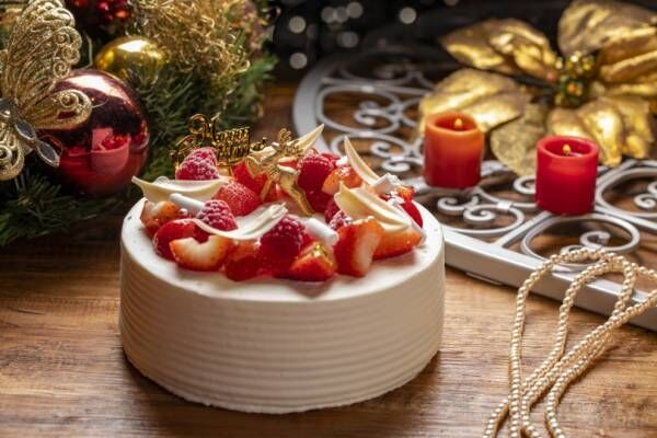 ヒルトン東京、チョコレートの松ぼっくりや雪の結晶が飾られたリースのようなクリスマスケーキが登場!
