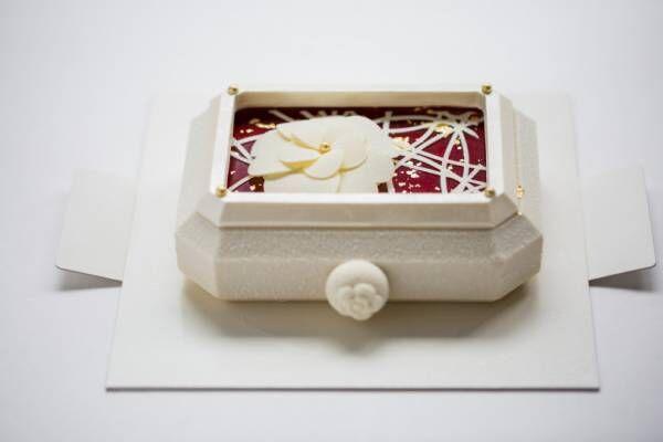 シャネルの腕時計をモチーフにしたベージュ アラン・デュカス 東京のクリスマスケーキ