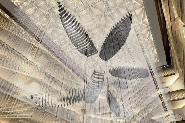 ギンザ シックスの吹き抜けアートが塩田千春の新作インスタレーションに! 全長5メートルの船が出現