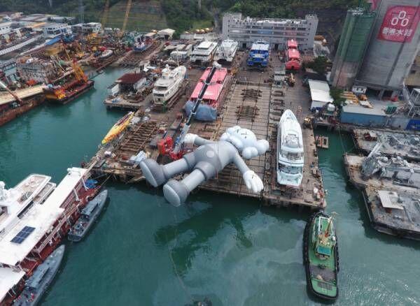 海に浮かぶKAWSの巨大フィギュア。香港ビクトリア・ハーバーで10日間展示
