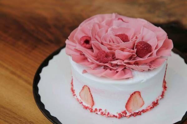 ショートケーキの上にはピンクの大きなお花。アンダーズ 東京で見つけた母の日スイーツ