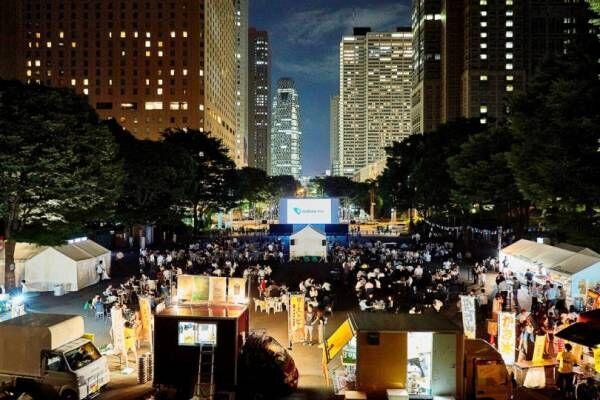 新宿の夜景をバックに野外シネマとクラフトビールを楽しむイベントが開催