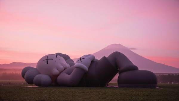 【更新】KAWSの全長40メートル巨大フィギュアがついに日本へ! 富士山麓のキャンプ場で展示イベント開催