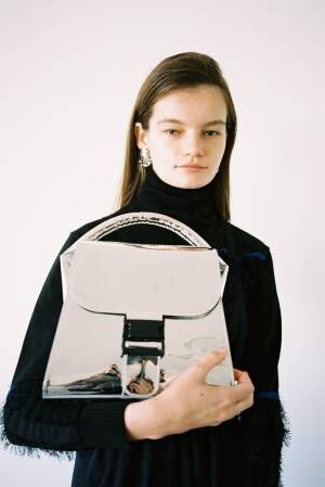 ズッカの「バックルバッグ」に、ミラーのように光を放つメタリックな新作が登場!