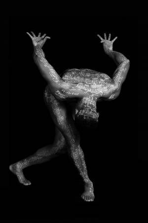 シャネル・ネクサス・ホールで、人体に楽譜を描く現代音楽家の写真展が開催