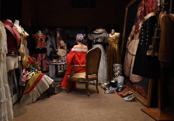 原美術館、名画に扮したセルフポートレイトで知られる森村泰昌の凱旋展を開催