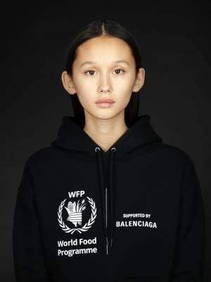バレンシアガが国連WFP支援のための新コレクションを発売、ロゴ入りウエアやバッグが登場