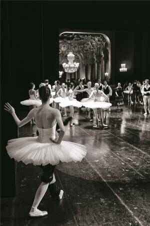 パリ・オペラ座のバレエダンサーを撮影した仏写真家の展覧会がシャネル・ネクサス・ホールで開催